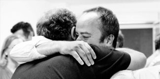 22 de mayo de 2011. Iván abraza a Monago tras la exigua victoria de este, que perdería las próximas.