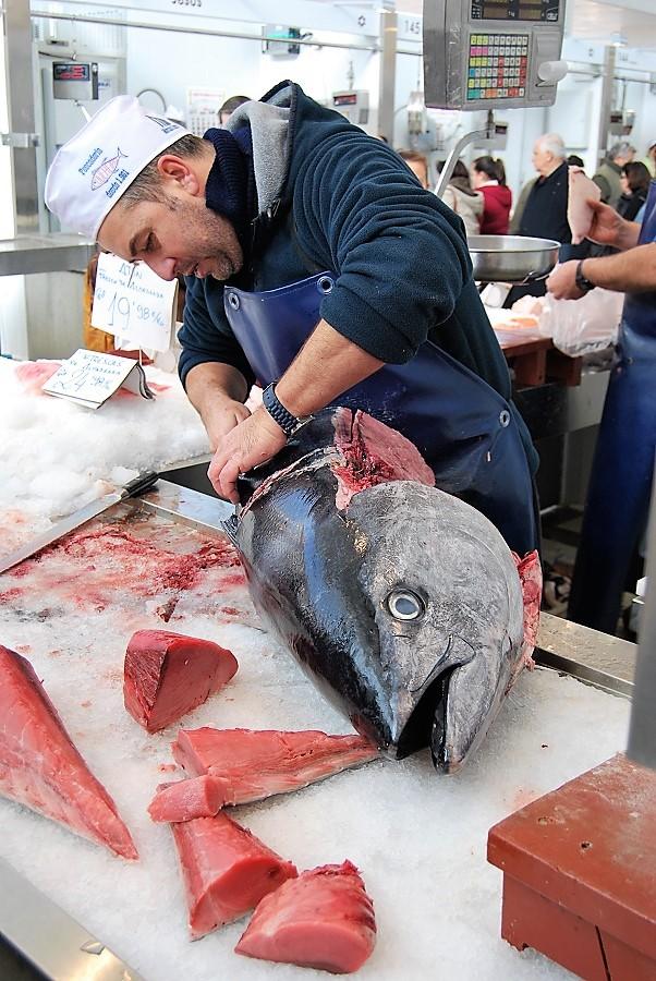 Ronqueo del atún de almadraba en el magnífico Mercado de Cádiz.