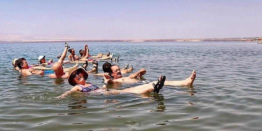 Flotando en el Mar Muerto, con nuestra reportera en primer plano.