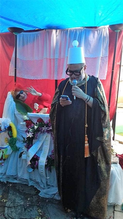 Marce Solís, el oficiante, con Elisa en el altar.