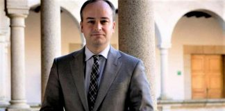 Foto oficial de Iván Redondo en la presidencia de la Junta de Extremadura cuando era jefe de gabinete de Monago y que ha seguido utilizando en su web.