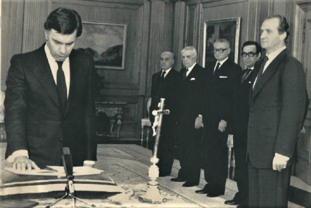 En la toma de posesión de Felipe González también estuvieron presentes los símbolos religiosos. RTVE
