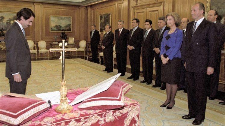 Aznar, tras jurar su cargo ante el crucifijo y la biblia. RTVE