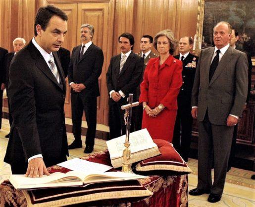 Zapatero tampoco hizo quitar los símbolos religiosos en su toma de posesión, aunque prometió sobre la Constitución. RTVE