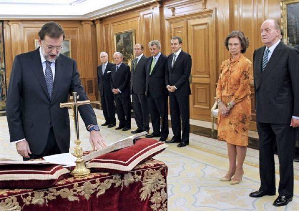 Mariano Rajoy juró las dos veces sobre la Biblia y delante del crucifijo. RTVE