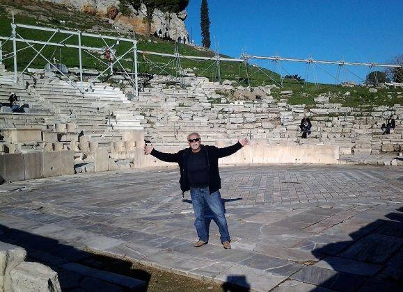 Probando la sonoridad del teatro de Dioniso (Atenas).