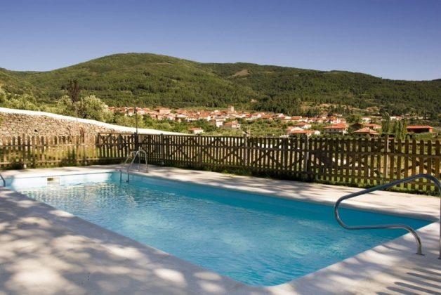 La piscina y el hermoso paisaje de Sierra de Gata.