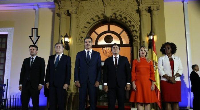 Iván Redondo, en la foto oficial con la pareja presidencial de Costa Rica, la vicepresidenta del país, Pedro Sánchez y el embajador de España.