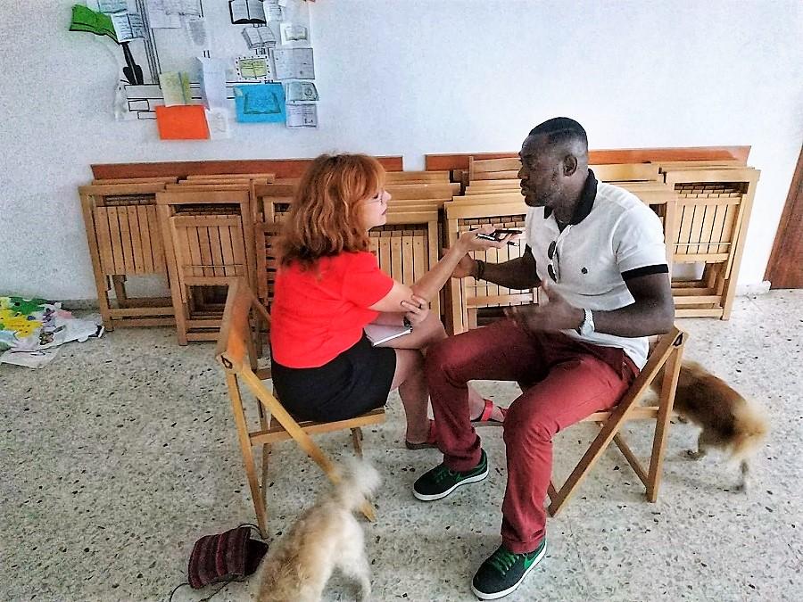 La autora del reportaje entrevistando a uno de los actores.