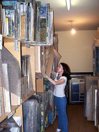 Dolores Tomás en un depósito donde guarda parte de la colección. J.M. PAGADOR