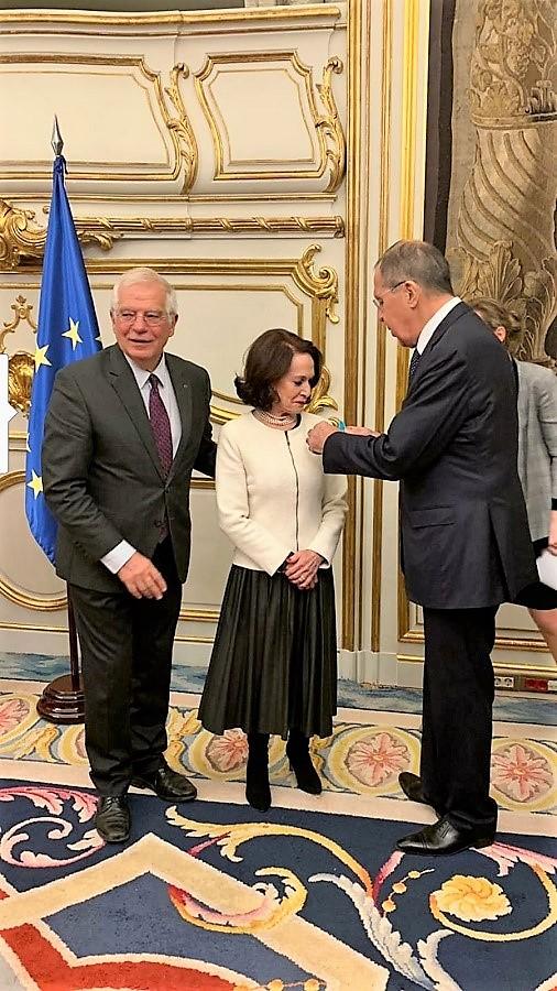 Imposición de la Medalla Pushkin a la coleccionista española por el ministro ruso de Exteriores.
