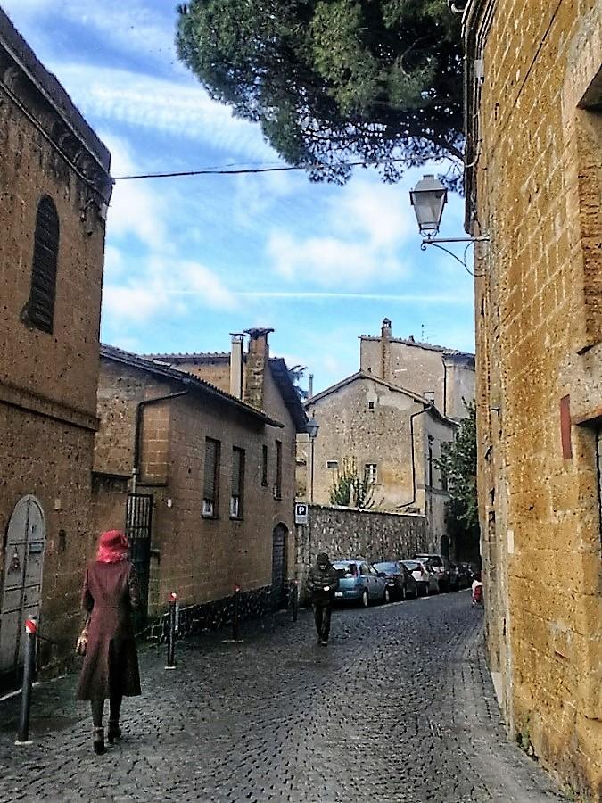 El misterio de la mujer de los sombreros a veces se hace presente en las calles de Orvieto de manera inesperada.