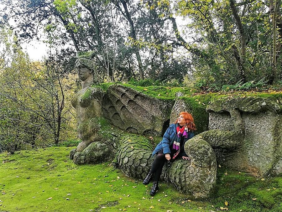 La autora, con la esfinge voladora de cola de dragón.