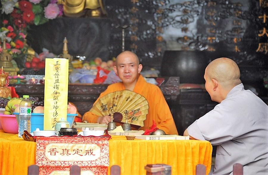 Hay otros caminos para alcanzar la felicidad. Monjes budistas en Xian (China). J. M. PAGADOR