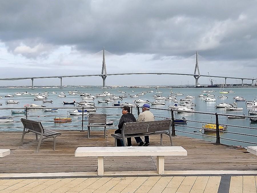 La creciente longevidad es otro factor a tener en cuenta. Una pareja mayor descansa en un bello rincón de Cádiz. J.M. PAGADOR