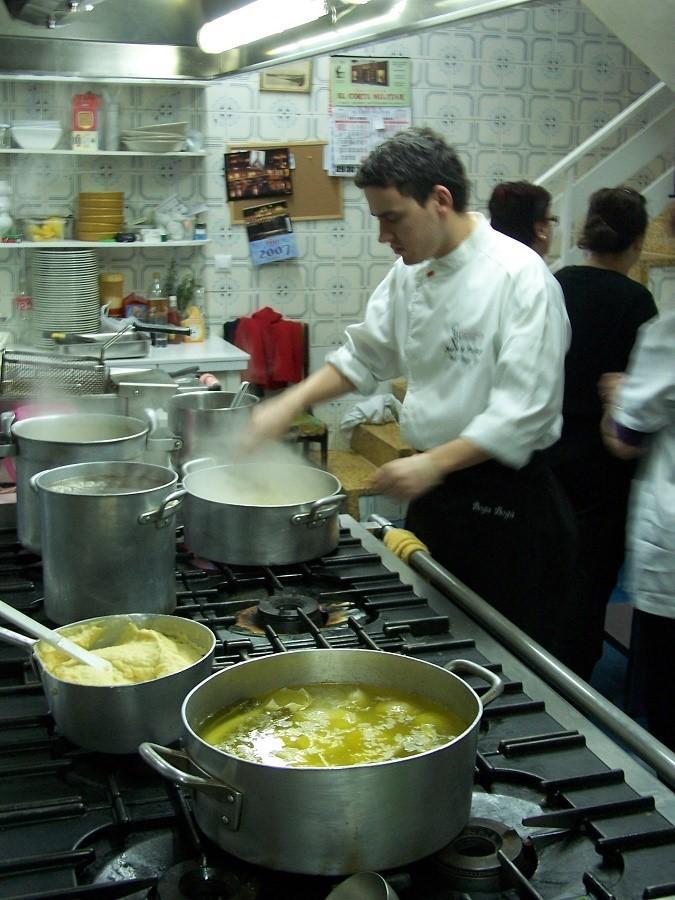 La cocina, el estómago extracorpóreo. En la imagen, fogones del restaurante Boga-Boga, de San Vicente de la Barquera. J.M. PAGADOR