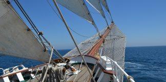 El bauprés del Elcano enfila el horizonte para una travesía de meses. J. M. PAGADOR