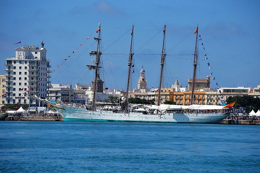 El buque escuela, atracado en el puerto de Cádiz. J. M. PAGADOR