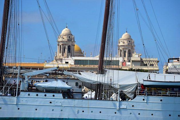 La catedral de Cádiz parece un elemento más del navío. J. M. PAGADOR