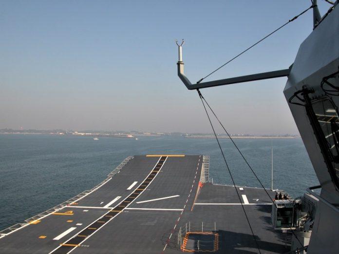 Pista de despegue del portaaviones vista desde el castillo. ARMADA