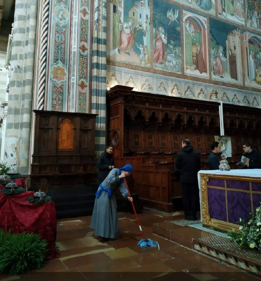 Consagración de novicios y novicias en Orvieto; ellos, a mandar, ellas, a fregar. MARCE SOLÍS