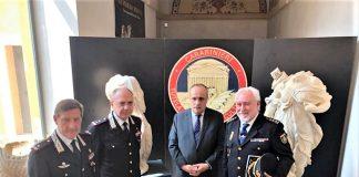 Responsables policiales españoles e italianos, con las piezas recuperadas por la Policía española. DGP