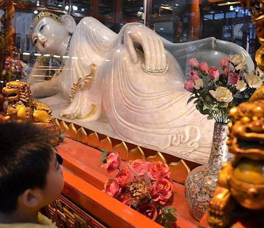 Buda reclinado en un templo de Shanghai. J.M. PAGADOR