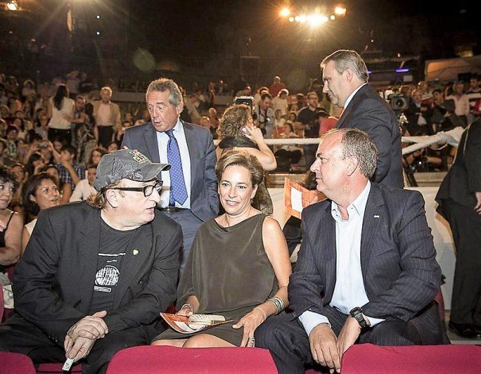 Con su entonces esposa y con Javier Gurruchaga en la gala Ceres, la búsqueda de notoriedad a toda costa pero pagando los extremeños. JUNTAEX