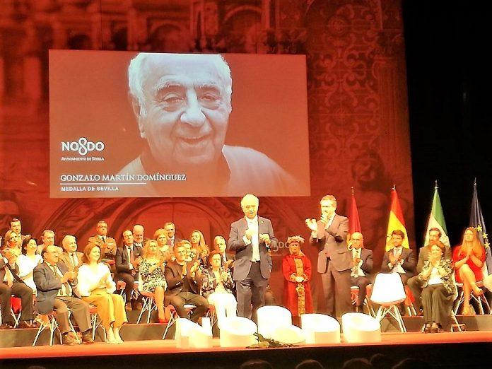Momento de la entrega de la Medalla de Oro de Sevilla a Gonzalo Martín. A su lado, el alcalde de la ciudad. JUAN GARCÍA