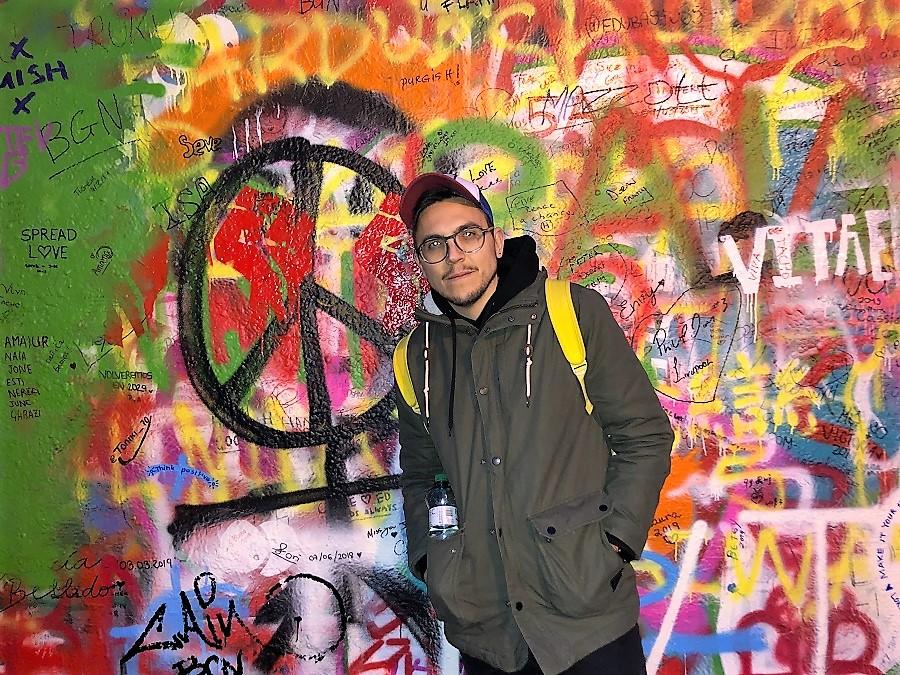 """En Praga, ante el muro """"John Lennon""""."""