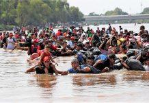 Migrantes como estos cruzando la frontera de Guatemala hacia el norte, ya no podrán entrar en México. RTVE