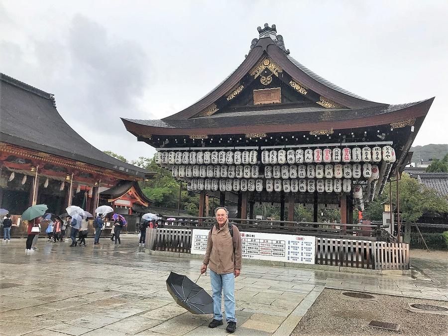 El autor, ante uno de los numerosos templos de la ciudad.