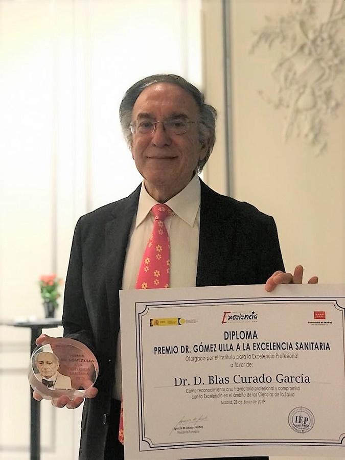 El prestigioso doctor y colaborador nuestro, con su premio.
