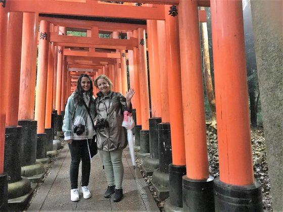 Mary-Chel, la mujer del autor y su hija bajo los torii.