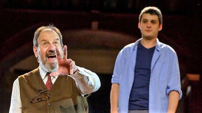 Tres actores nada más y una escenografía ajena a lo que es el Teatro Romano. RTVE