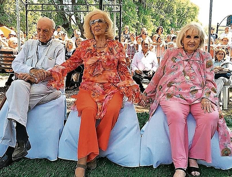 Con sus populares hermanas Mirtha y Silvia Legrand. DPOPULAR