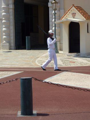 Ínfulas reales a las puertas de palacio. J. M. PAGADOR