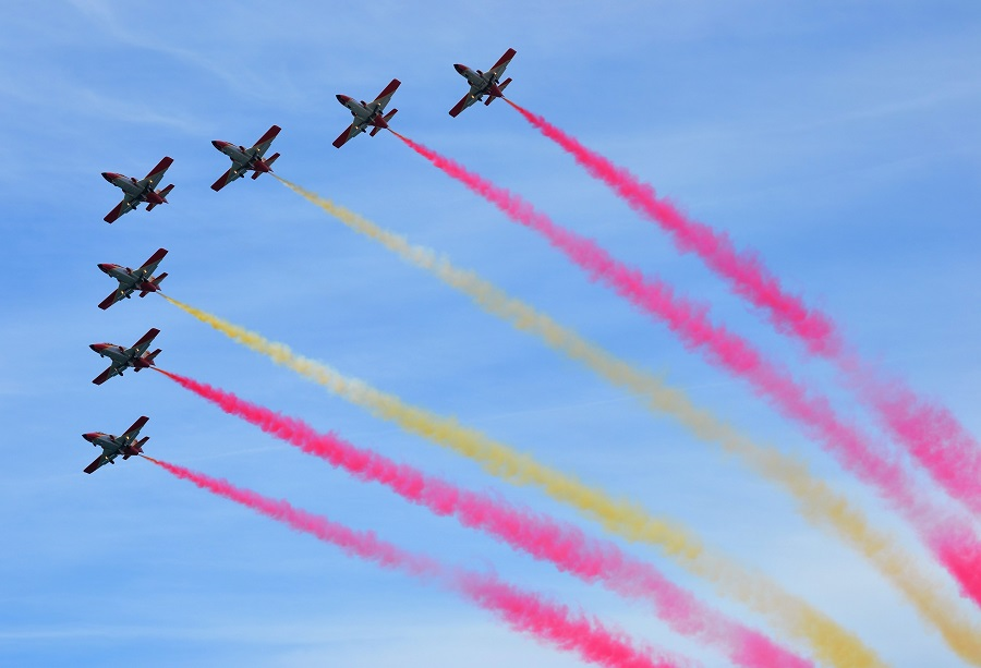 La Patrulla suele poner fin a sus ejercicios dibujando en el aire la bandera de España. J.M. PAGADOR