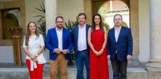 Los máximos responsables políticos del Festival, con su director-adjudicatario, en la presentación del balance. JUNTAEX