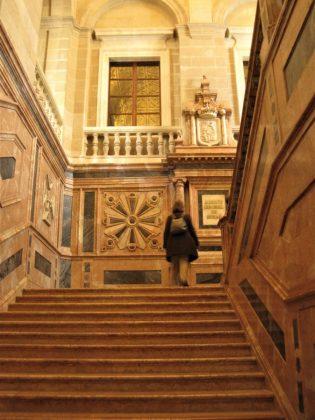 La regia escalera del Archivo que da acceso a la exposición. J.M. PAGADOR