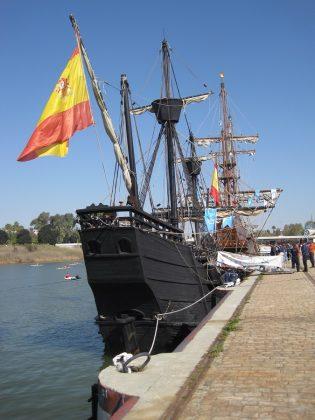Popa de la réplica de la nao Victoria atracada en el puerto de Sevilla. J.M. PAGADOR