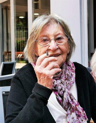Ana Guardione, viuda de Chicho Sánchez Ferlosio, y su sempiterno cigarrillo.