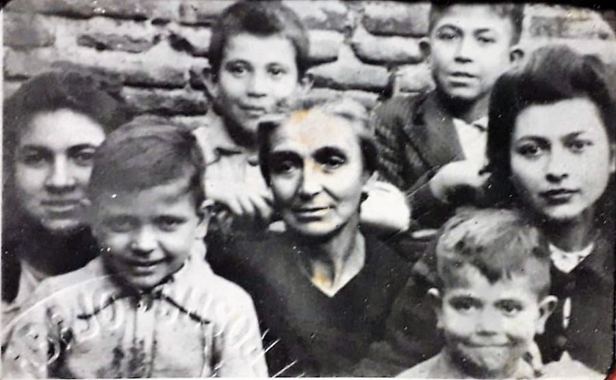 Ascensión, de joven, a la derecha, con su madre y sus hermanos.