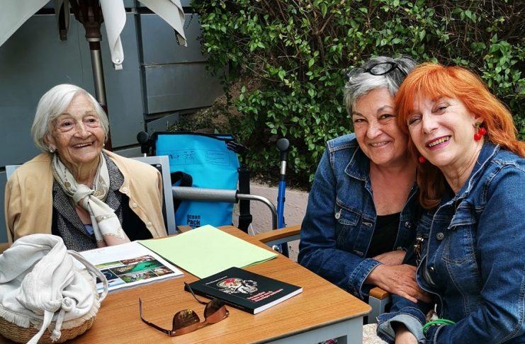 Ascensión y Chon, la compañera de piso de Elisa y abogada, pieza clave en la exhumación, con la autora de este reportaje.