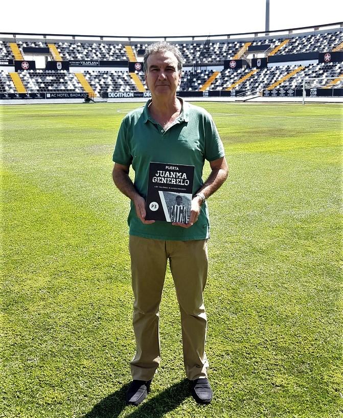 El gran jugador y entrenador, en el Nuevo Vivero, con la placa-recordatorio de la puerta dedicada a él.