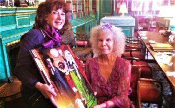 Elisa entrega su obra a la duquesa en la biblioteca de Palacio.