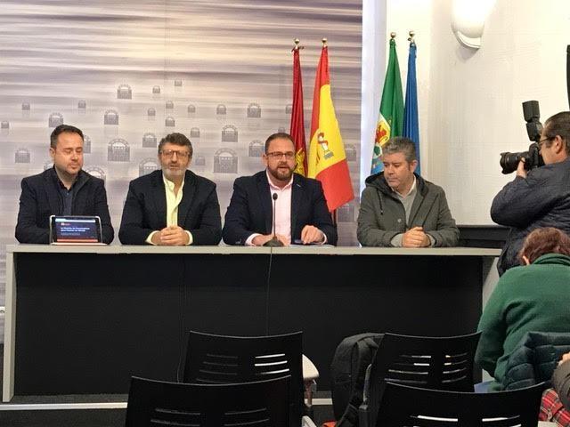 En esta foto de El Periódico Extremadura se ve al alcalde y al gerente en rueda de prensa solicitándose la Medalla.