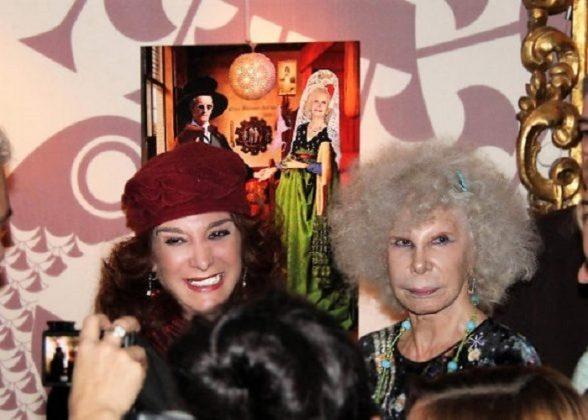 La duquesa visitó la exposición de Cáceres y quiso dos obras.