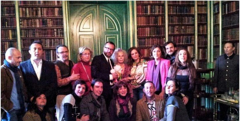 El grupo de artistas cacereños posa con la duquesa en la biblioteca del palacio.