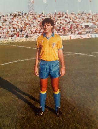 El ejemplar deportista, vistiendo los colores del Cádiz.